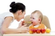 Nên cho bé ăn gì trong giai đoạn 12 tháng đầu đời