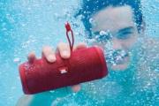 """6 món đồ công nghệ có khả năng chống nước giúp bạn """"tung tẩy"""" ngụp lặn trong mùa nóng này."""