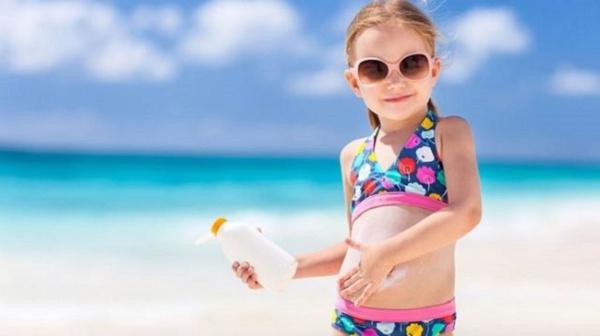 Nên dùng kem chống nắng cho trẻ hay không??